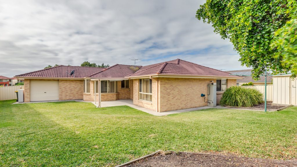 8 Featherwood Place, Thornton backyard 2